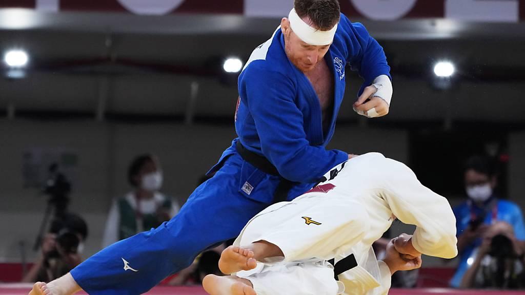 Die japanischen Judo-Kämpfer mit Schoichiro Mukai (weiss) beziehen im Final des Mixed-Wettkampfs eine überraschende Niederlage - die Nummer 1 sind sie in der Sparte Judo trotzdem
