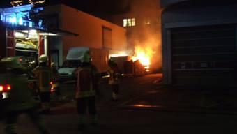 Ein Wohnwagen wurde durch das Feuer stark beschädigt.