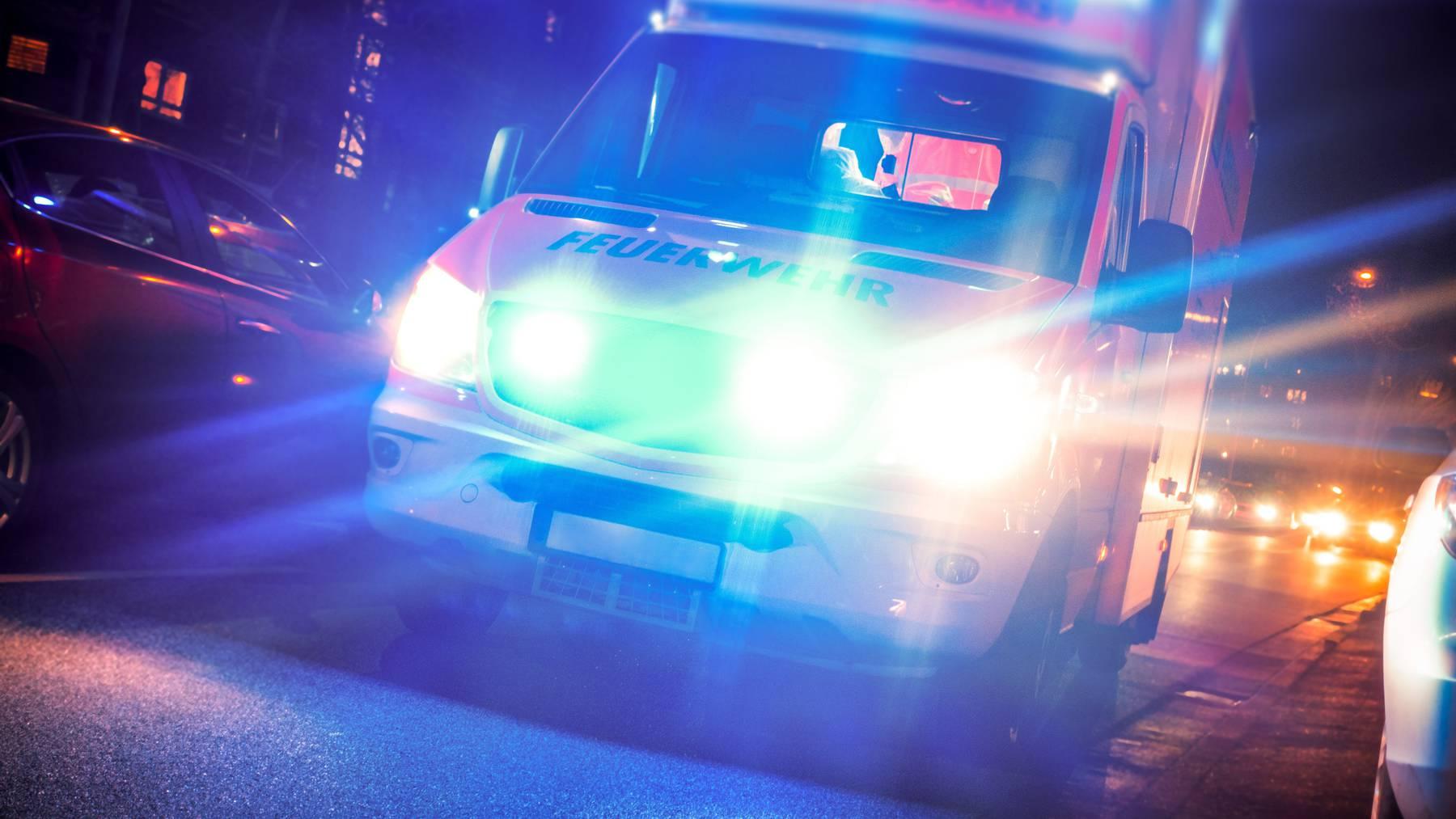 Ein 21-Jähriger verliess auf dem Weg ins Spital das Rettungsfahrzeug. (Symbolbild)