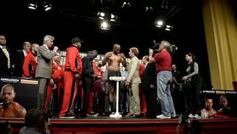 Tony «The Tiger» Thompson und Wladimir Klitschko stehen vor ihrem grossen Kampf in Bern auf die Waage