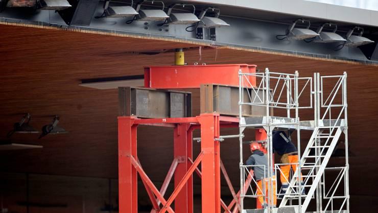 Mit einem Geruest wird das Dach des Stadion Letzigrund verstaerkt. Bei der regulaeren Kontrolle ist ein Riss entdeckt worden. Das Stadion bleibt vorsorglich bis Donnerstag geschlossen. © Andy Mueller/EQ Images