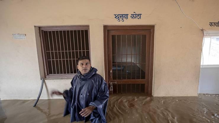 Ein Polizist vor einer überfluteten Gefängniszelle in Nepals Hauptstadt Kathmandu.