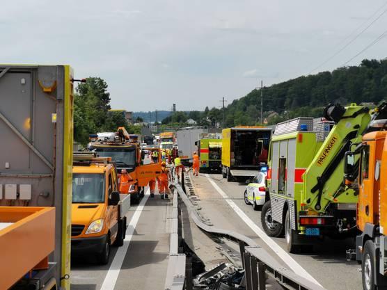 Der Unfall führte zu grossen Behinderungen im Verkehr.