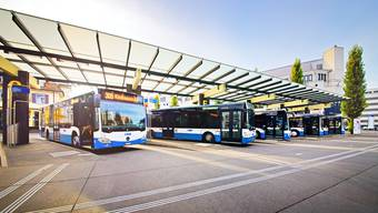 Die Busse ab Dietikon Bahnhof werden rege benutzt, so etwa die Linie 305.