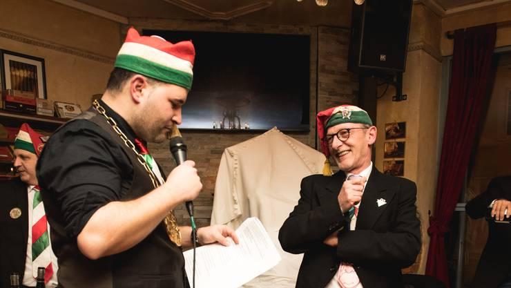 Obernarr Diego Kummer (l.) beglückt Westreicher mit dem Ehrenamt.