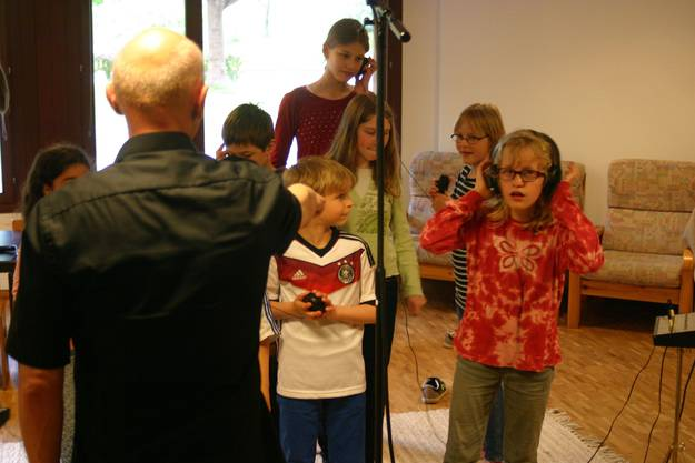 «Gefällt euch, was ihr hört?»: Das Kindersingen Birmensdorf Aesch nimmt mit Liedermacher Alexander Beyer eine CD auf.