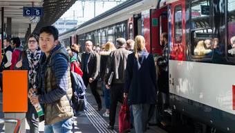 Pendler im Bahnhof Aarau, am 24. April 2017.