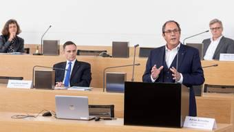 Eine ausserordentliche Lage verlangt ein ausserordentliches Setting: Der Point de Presse des Kantons fand im Grossratssaal statt. Unter anderem informierten Gesundheitsdirektor Jean-Pierre Gallati (links) und Adrian Schmitter, CEO des Kantonsspitals Baden (KSB).