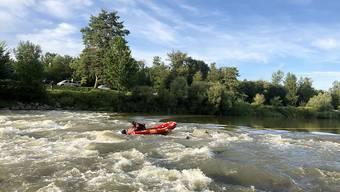 Der Mann wurde von Spezialisten in ein Schlauchboot gezogen und ans Ufer gebracht.