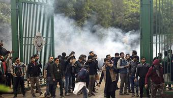 Sicherheitskräfte setzten in Indien bei Unruhen unter anderem Tränengas ein.