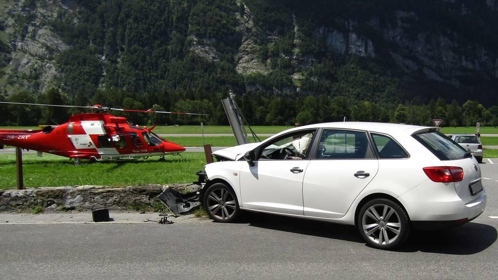 Auto kollidiert mit Strassenmauer – Frau ins Spital geflogen