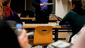 Die Kommission für Bildung und Kultur (KBIK) beantragte deswegen mit einer Gesetzesänderung, dass Gemeinden eine neue Hierarchiestufe zwischen Schulleitung und Schulpflege schaffen dürfen. (Archiv)