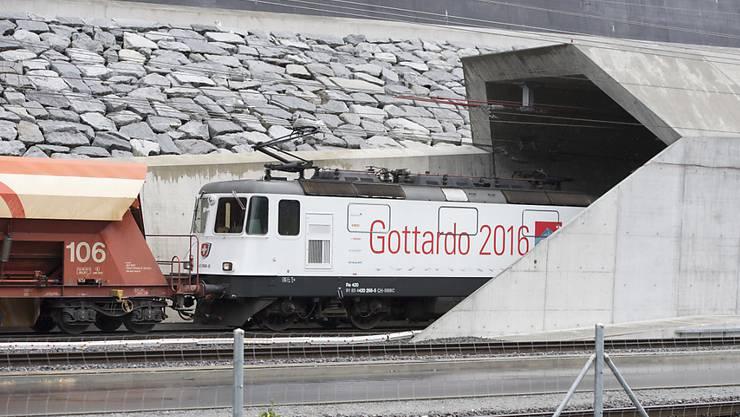 Am Freitag fuhr der offiziell erste Güterzug durch den Gotthard-Basistunnel. Im Bild: Die Einfahrt in den Tunnel bei Erstfeld UR.