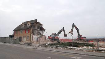 Mit dem Abriss der ehemaligen Bürogebäude wird der Blick frei auf das grosse Areal der einstigen Kera-Werke. sh