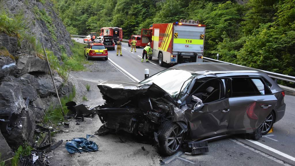 Schwerverletzter bei Autounfall: Mann fährt frontal in Mauer