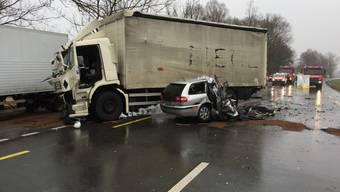 Bei der Kollision mit einem Lastwagen wurde am Mittwochmorgen ein 42-jähriger Autolenker in Staad SG tödlich verletzt.