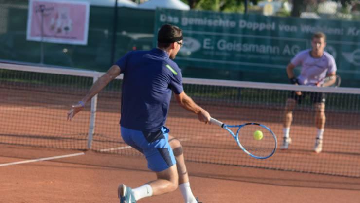 Die Zuschauer bekommen auf der Anlage des TC Wohlen Niedermatten spannenden Sport geboten. Dabei wurde Titelverteidiger Ignasi Villacampa-Rosés gestern Abend von Yanik Kälin hart gefordert.
