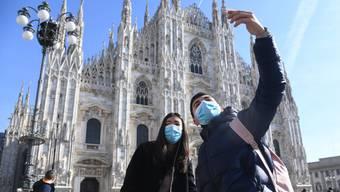 Touristen vor dem Mailänder Dom.