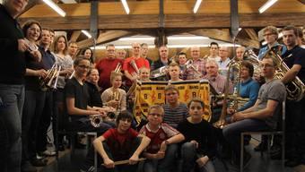 Die Brass Band mit Dirigent Martin Bütikofer (ganz links) und SOL-Brass-Kids-Leiterin Claudia Flury (2. v.l.).