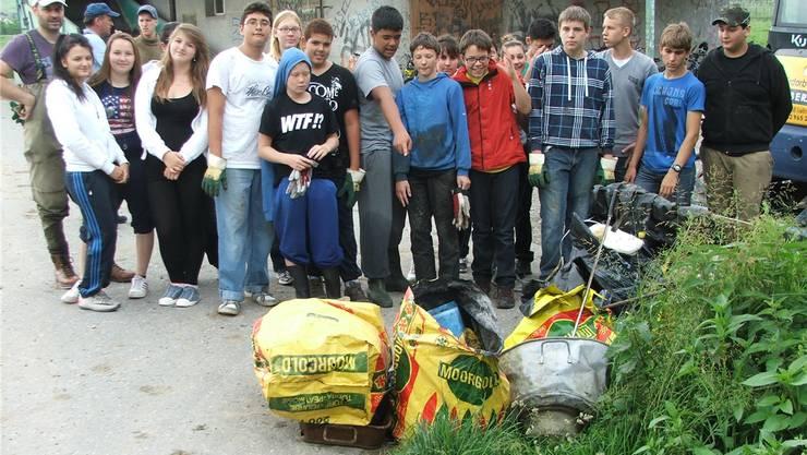 Die Jugendlichen aus Langenthal sammelten eine halbe Tonne Abfall aus der Langeten.