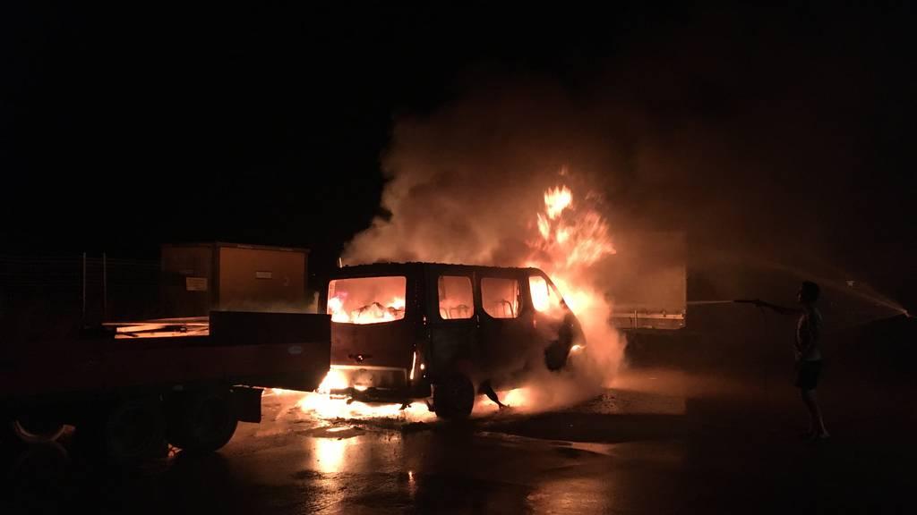 Kleinbus brannte auf Parkplatz aus