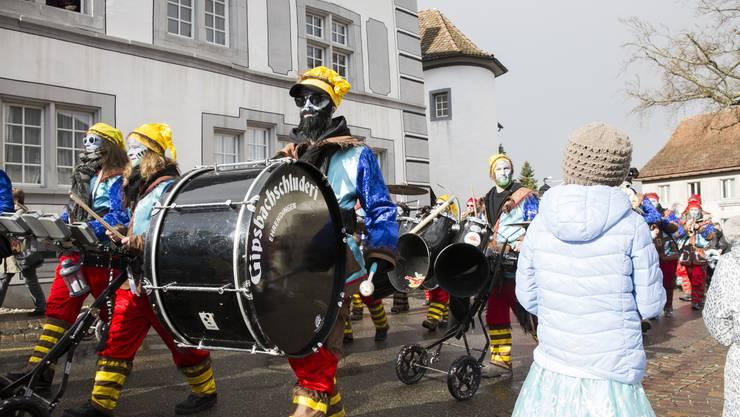 Der Kinderumzug an der Fasnacht Ehrendingen zieht vom Restaurant Engel durch das Dorf und endet bei der Turnhalle