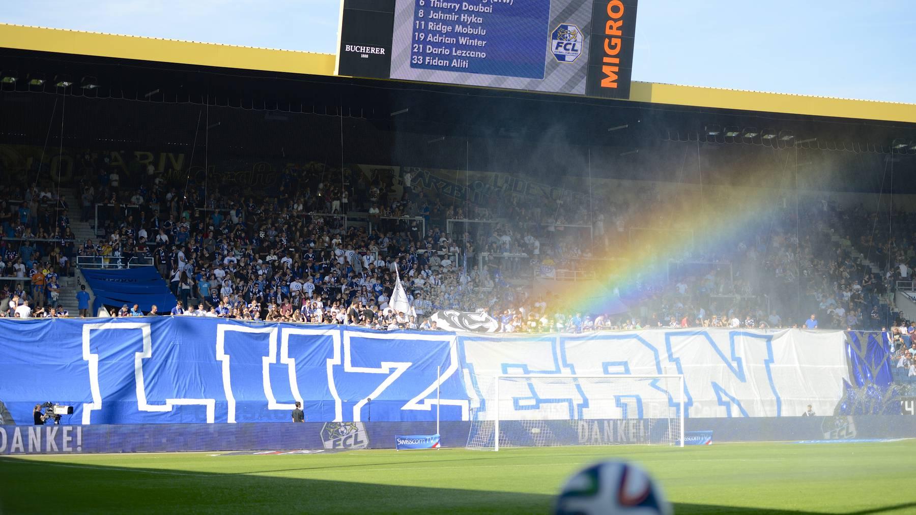 Die Fans feuern den FCL in der swissporarena an.