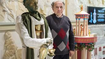 Kostas Kotsanas mit zwei seiner Rekonstruktionen: dem ersten Roboter (l.) und dem automatischen Theater. KEnneth Nars