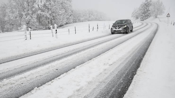 Schneebedeckte Strassen führten am Freitagmorgen in der Schweiz zu zahlreichen Unfällen. (Symbolbild)