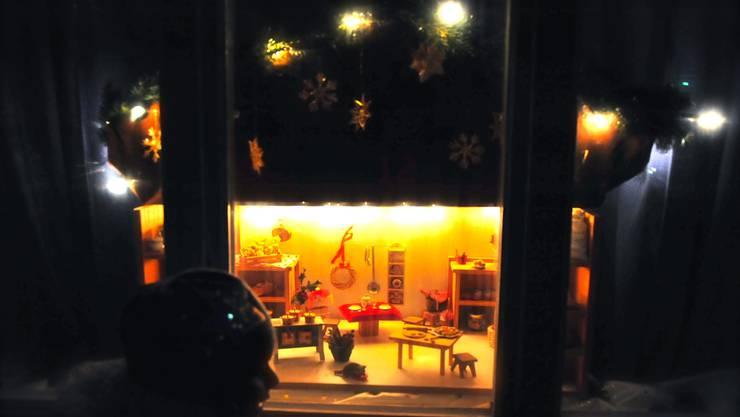 Passend zum Ort: Das Adventsfenster vom Restaurant Weisser Wind zeigt eine Küche.