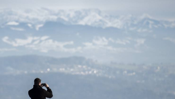 Ein Mann fotografiert die Aussicht
