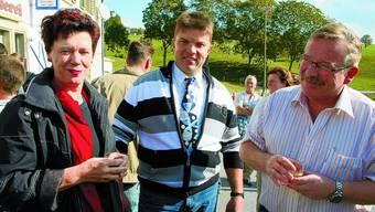 In Festlaune: Landwirtschaftsdirektorin Esther Gassler mit Genossenschaftspräsident Ueli Bader und Gemeindepräsident Kurt Bloch beim Apéro. bbt