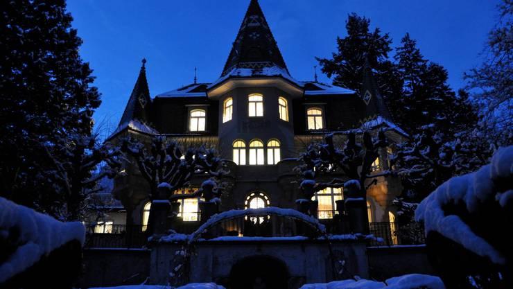 Die erleuchtete Villa bei Nacht