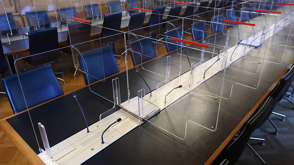 In Bern beginnt die Herbstession von National- und Ständerat. Zum Schutz der Ratsmitglieder wurden im Bundeshaus Plexiglaswände montiert.