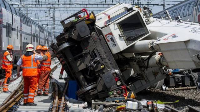 Aufräumarbeiten beim Bahnhof Zuerich-Oerlikon nach der Kollision