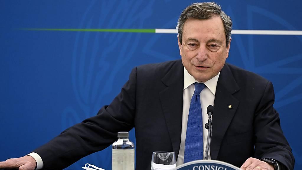 Der italienische Premierminister Mario Draghi spricht bei einer Pressekonferenz in Rom. Foto: Riccardo Antimiani/Pool Ansa/AP/dpa