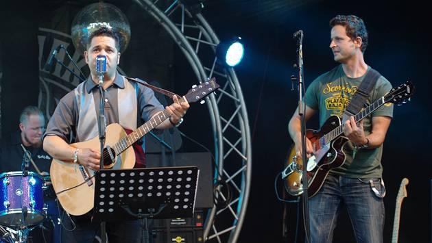 Mit Rockabilly-Sound begeistert die Band B-Shakers am Sicht Feld Open Air in Densbüren. – Foto: hcw