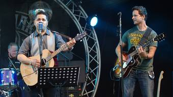 Mit Rockabilly-Sound begeistert die Band B-Shakers am Sicht Feld Open Air in Densbüren. – Foto: hcw
