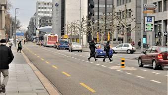 Braucht es im Bereich, wo die Fussgänger auf dem Foto via Querungshilfe in der Mitte die Bahnhofstrasse überqueren, einen Fussgängerstreifen? Rechts von ihnen, beim weissen Auto, ist die Einmündung bzw. Abzweigung Bankstrasse erkennbar.