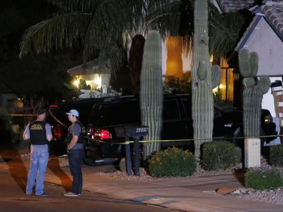 Polizisten vor dem Haus in Phoenix, wo die Bluttat geschah