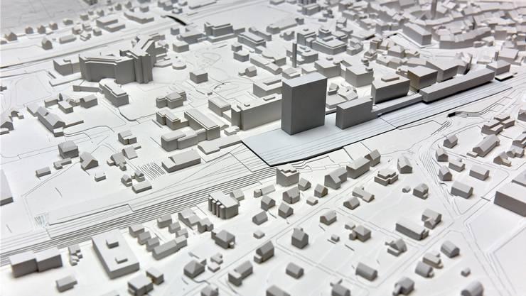 Stein des Anstosses: Das geplante Hochhaus am Bahnhof (links), das in Liestal alles überragen würde.