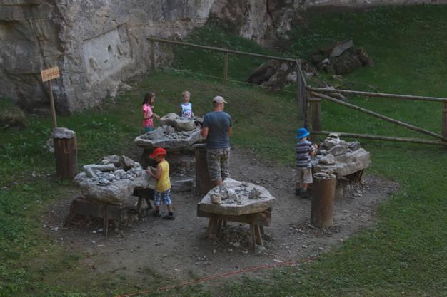Beim Klopfplatz des Steinbruchs konnten sich auch die Kleinsten als Steinmetze versuchen.