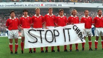 Die wohl berühmteste Protestaktion von Schweizer Sportlern: Die Fussball-Nationalmannschaft kritisiert 1995 die Atomtests von Frankreichs Präsident Chirac.