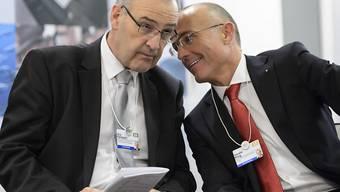 Er ist auf dem internationalen Politparkett angekommen: der neue Schweizer Verteidigungsminister Guy Parmelin (links) mit seinem österreichischen Amtskollegen Gerald Klug.
