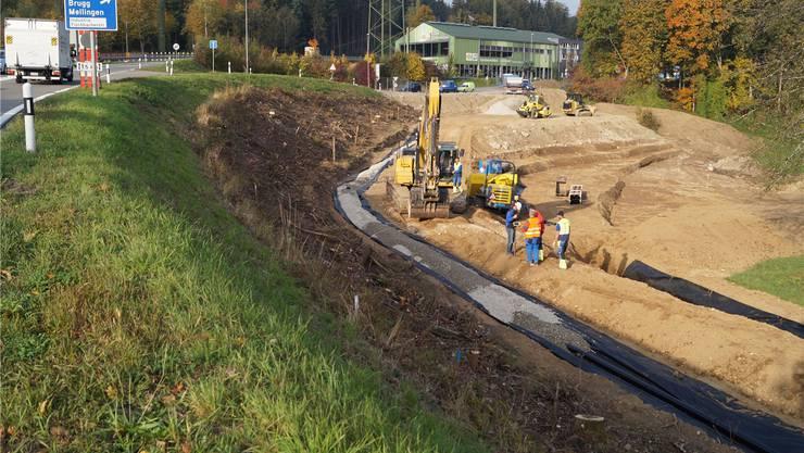 Erdarbeiten nördlich der Shell-Tankstelle: Hier entsteht ein Damm, den man für die Verbindung der zwei Kreisel benötigt.
