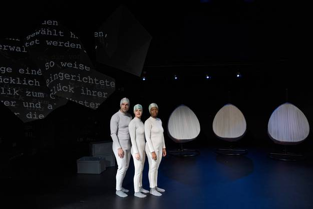Die Schauspieler David Werner, Annina Polivka und Ntando Cele bei Proben für das Stück «Die Möglichkeiten» auf der ehemaligen Tuchlaube-Bühne.
