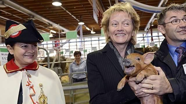 Eveline Widmer-Schlumpf mit Säuli bei der Eröffnung der 70. Olma in St.Gallen 2012.