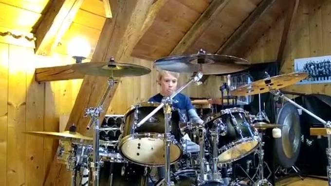 Der 12-jährige Tobias Rüedi aus Oberwil bei Büren spielt Schlagzeug wie ein Profi. Davon konnten sich die Besucher der Gemeindeversammlung überzeugen