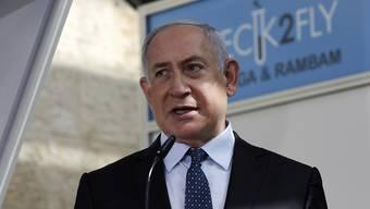 Benjamin Netanjahu, Premierminister von Israel, während seines Besuchs in einer Corona-Teststation am internationalen Flughafen Ben Gurion. Foto: Ohad Zwigenberg/Haaretz Pool/AP/dpa