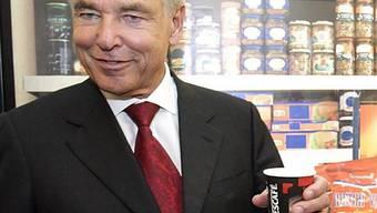 Nestlé-CEO Brabeck trinkt einen Nescafé